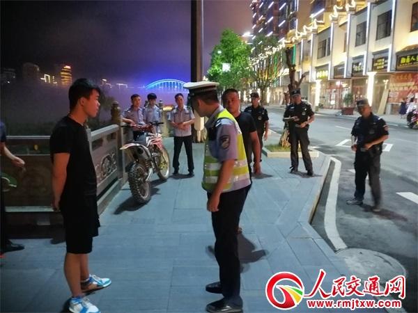 违法飙车莫要嚣张 贵州锦屏交警正在路上