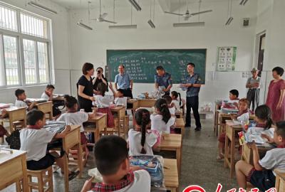 江苏省沛县沛龙收费站安全宣传进校园 爱心捐赠暖心田