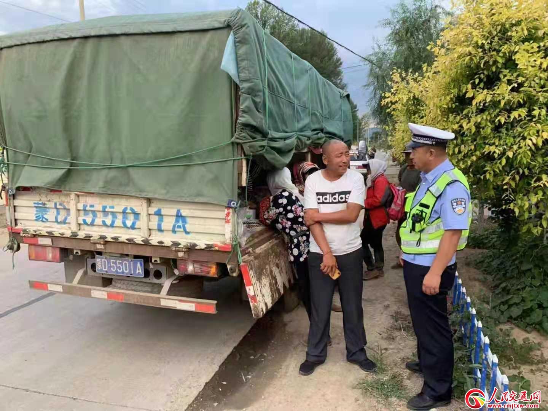 赤峰松山:一辆苫布下违载7人的轻型货车被叫停