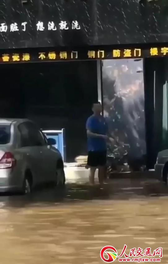 山东滨州男子向雨水漫灌路上抛碎玻璃被拘10日!民警打捞消隐患