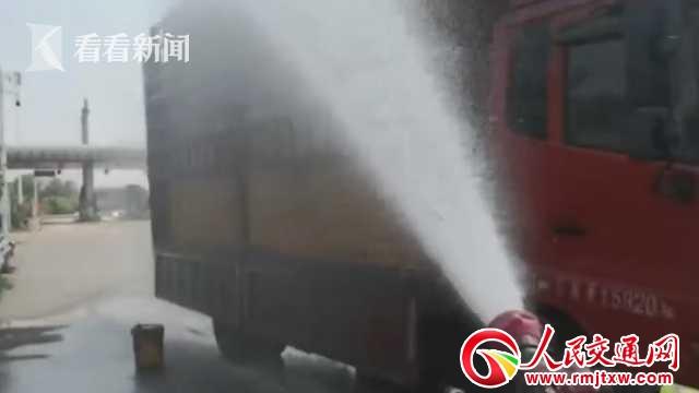 货车抛锚5000只鸡中暑 消防员拿神器拯救了它们