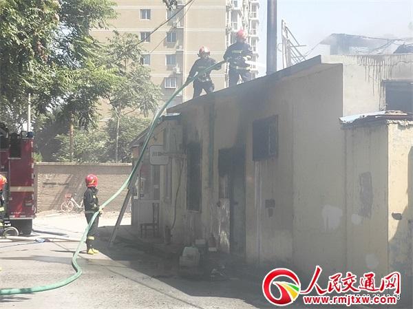 河北:餐馆突发火情 急 交警全力疏导 稳