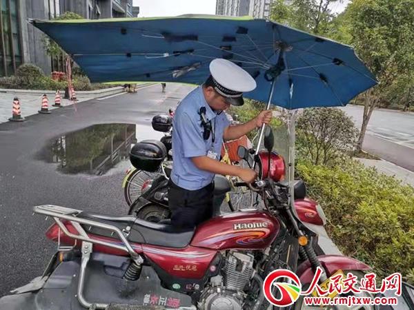 【忠诚保大庆】吉首交警持续开展摩托车违法安装遮阳伞专项整治行动