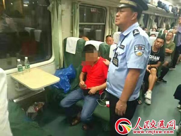 男子酒后呕吐 熏跑车厢其他旅客