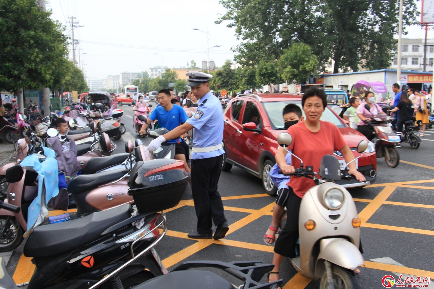 河南淮滨:秋季开学第一天公安民警上岗守护安全(组图)