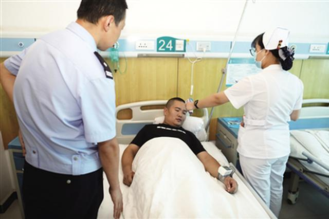 陕西西安33岁交警累倒在岗位上 目前已经脱离生命危险