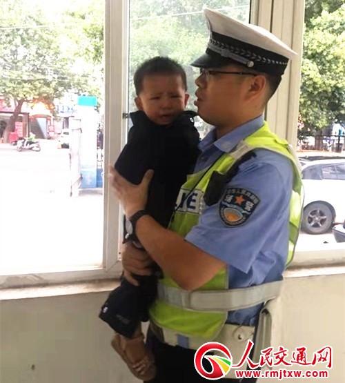 三门峡交警:男儿心里也有柔情