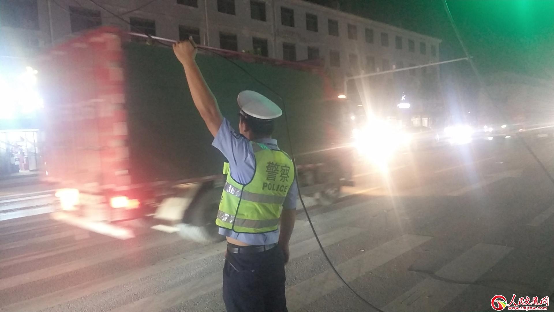 为人民  虞城交警轮流托举电缆两小时