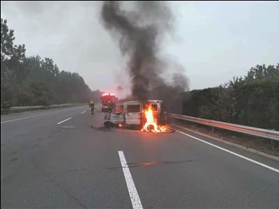高速公路上面包车突然着火 机智司机10多秒成功自救