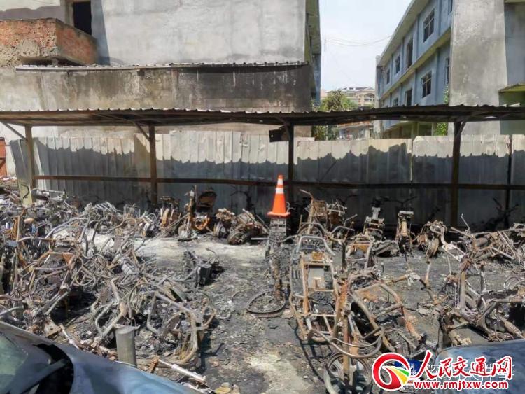 深圳一小区室外电单车停放点起火,初步怀疑为电动车充电引起
