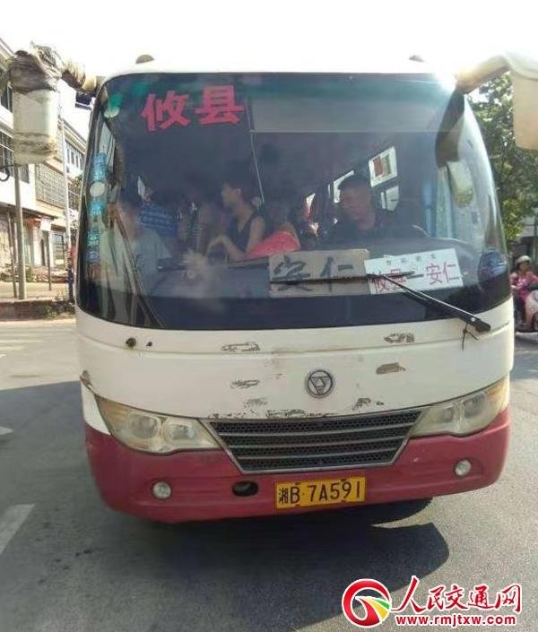 【忠诚保大庆】攸县乡村交警中队重拳出击打击客车严重超员现象
