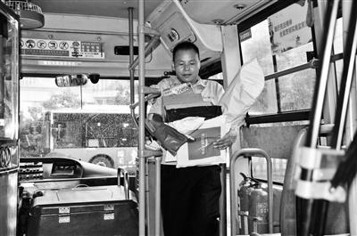 """湖北十堰一公交司机""""客串""""快递员 三年里深山送件数万件"""