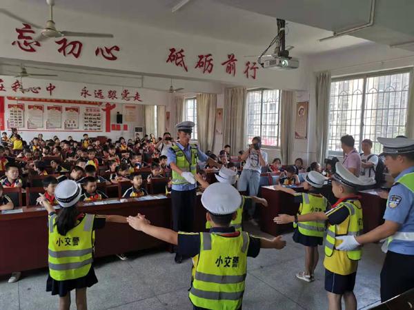 """湖南交警举行""""平安上学路,安全文明行""""开学第一课公益联盟主题宣教活动"""