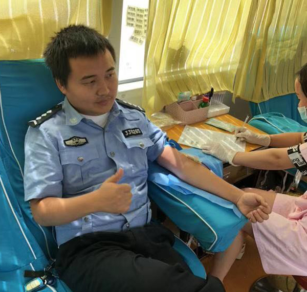 吉首交警积极无偿献血诠释