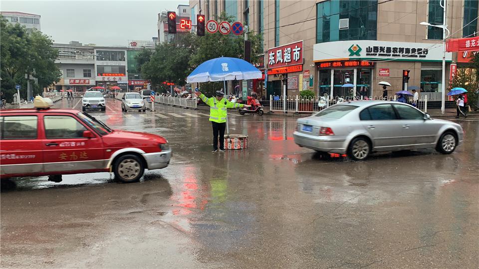 吕梁兴县交警雨中执勤全力以赴保畅通