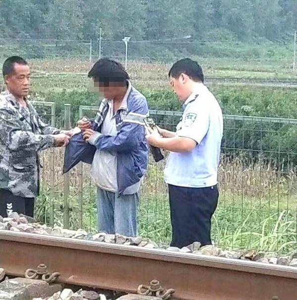 """铁路边发现""""尸体"""" 民警一查竟是""""瞌睡男"""""""