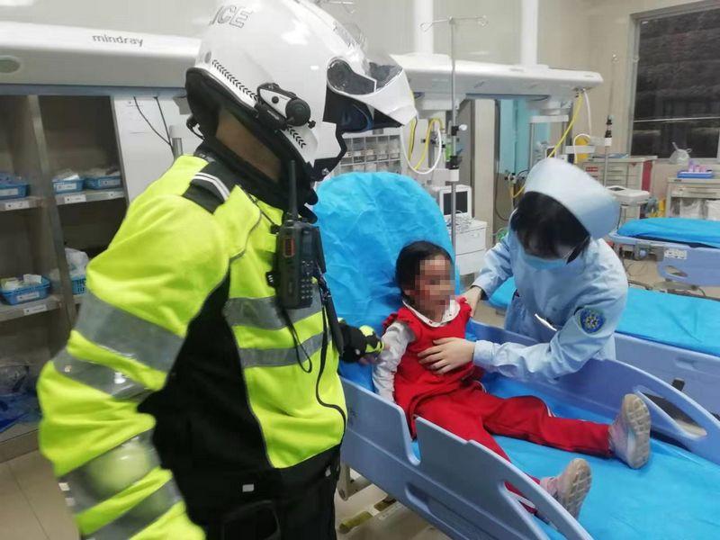 四川自贡交警晚高峰护送女孩及时就医 20分钟路程仅用时6分钟