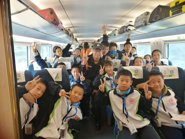 怀化铁警护航中小学生开展研学活动