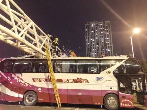 天津一大巴车被卡有两名乘客受伤 消防交警联合救援