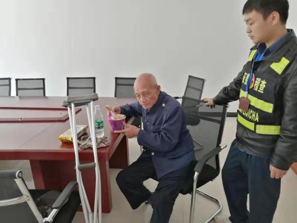 七旬老人与家人失联 身无分文来收费站求助