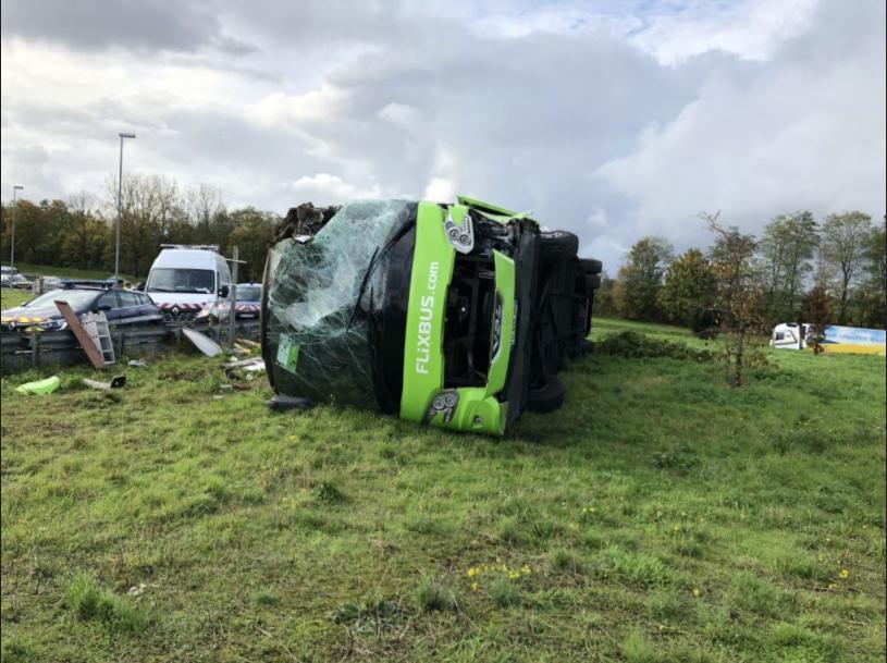 法国北部发生大巴侧翻事故 导致33人受伤4人重伤
