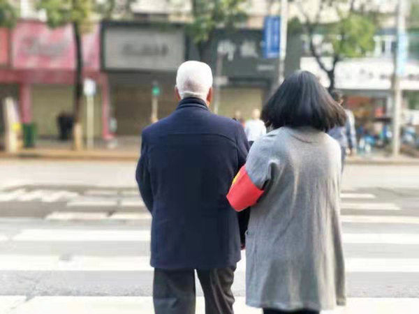 祁东志愿者上街开展交通文明劝导活动