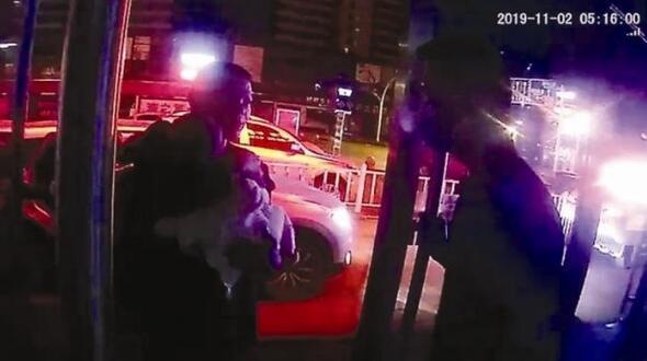 婴儿凌晨发病陌生司机跨地送医 湖北高速交警紧急护送收费站先予放行
