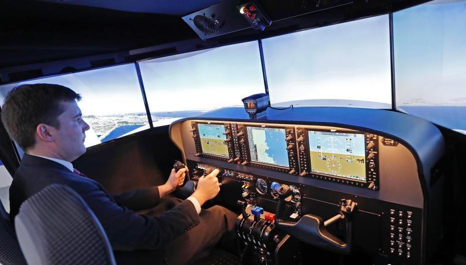 第二届进博会开幕 观众体验波音飞机驾驶