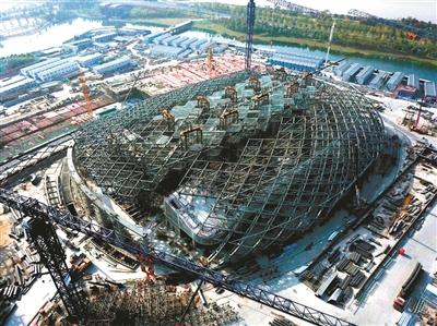 """杭州奥体中心游泳馆 1300吨钢屋盖""""飞起来"""""""