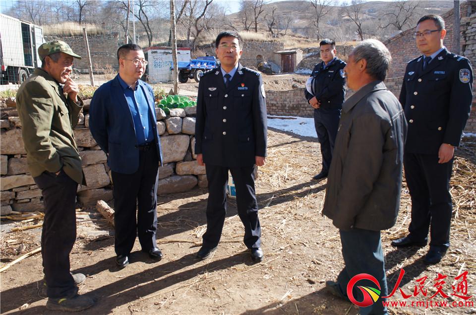 朔州平鲁交警领导走访看望贫困户