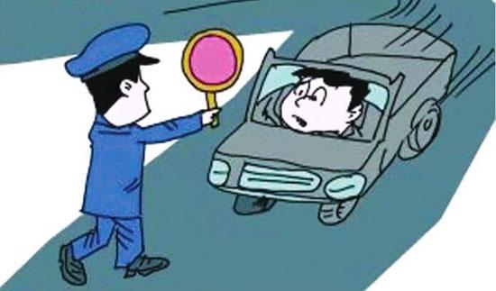 无证开着未年检车 黑龙江交警在办证大厅抓获逃跑司机