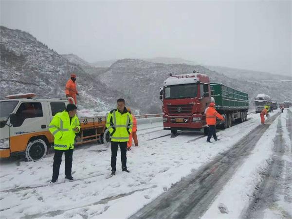 甘肃天水公路局高养中心以雪为令保畅通