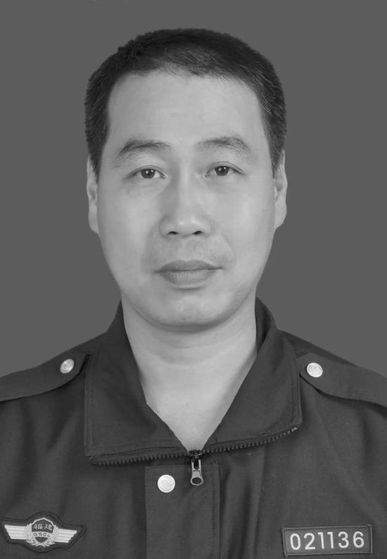 福建福州一高速交警执法时被车辆撞上殉职