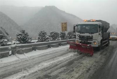 甘肃天水公路局高养中心连续除雪防滑保畅通