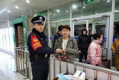 内蒙古锡林浩特:粗心旅客落手机 热心铁警帮找回