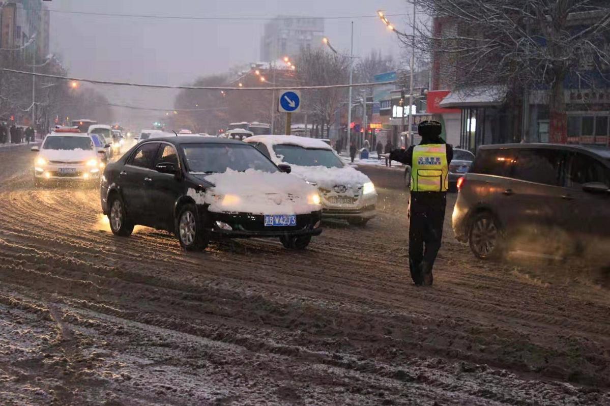 山西大同交警支队五大队迅速启动恶劣天气应急预案应对强降雪天气