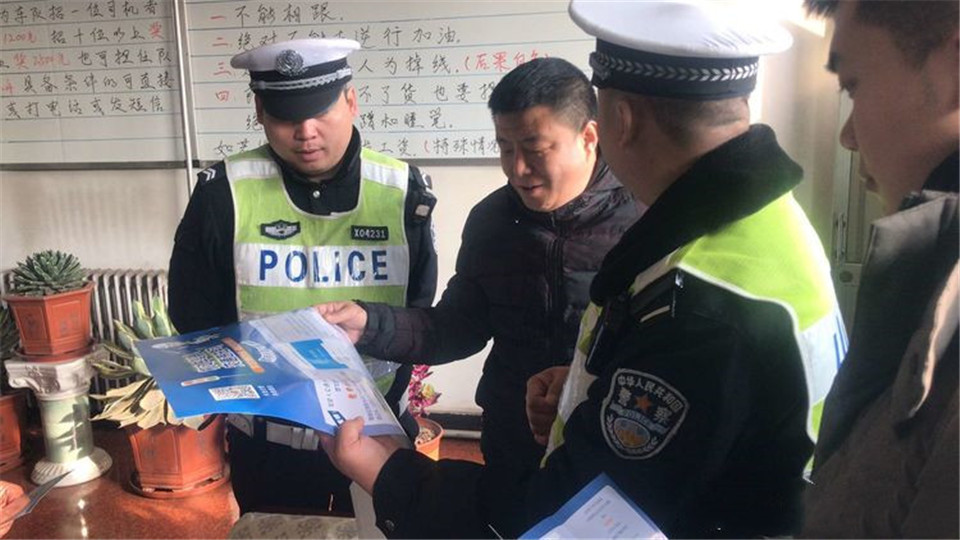 长治市公安局交警支队七大队 积极做好冬季交通安全检查宣传工作