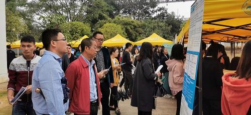 桂林理工大学化学与生物工程学院领导班子亲临招聘会现场指导学生就业工作
