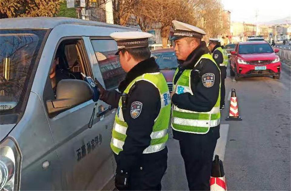 忻州五寨交警曝光一起面包车超员交通违法行为