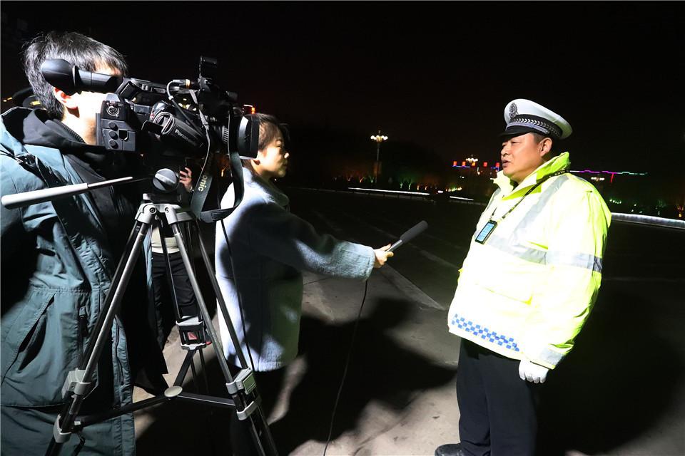运城盐湖公安交警邀请媒体随警作战助力大气污染整治行动