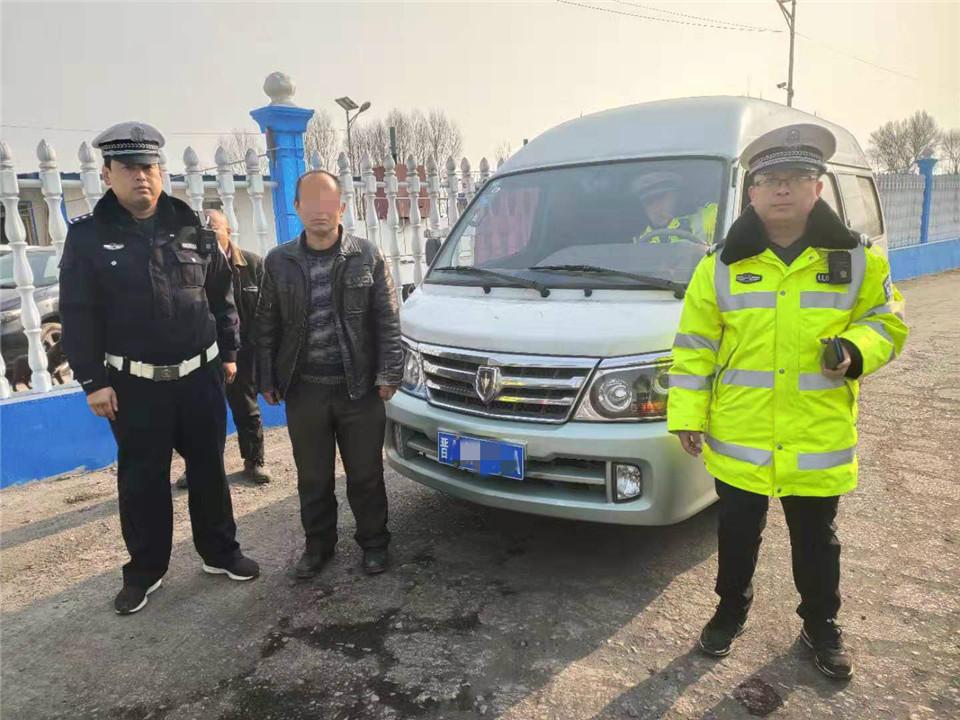 """[五大曝光行动]小型客车惊变""""移动炸弹车"""" 汾阳交警及时查获除隐患"""
