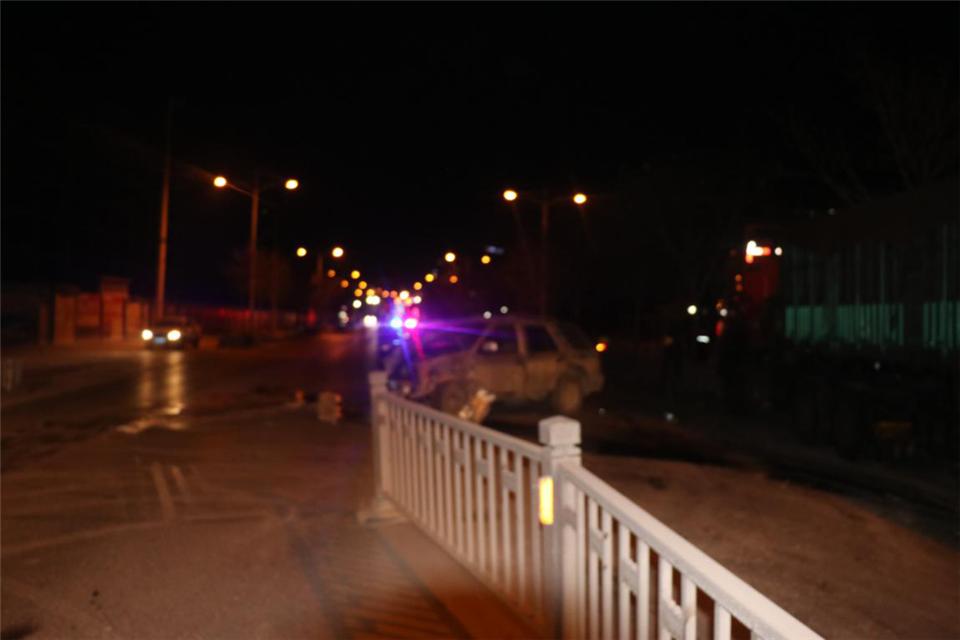石楼一司机:醉酒开车撞翻护栏再撞车,伤了自己拘了自己还受损