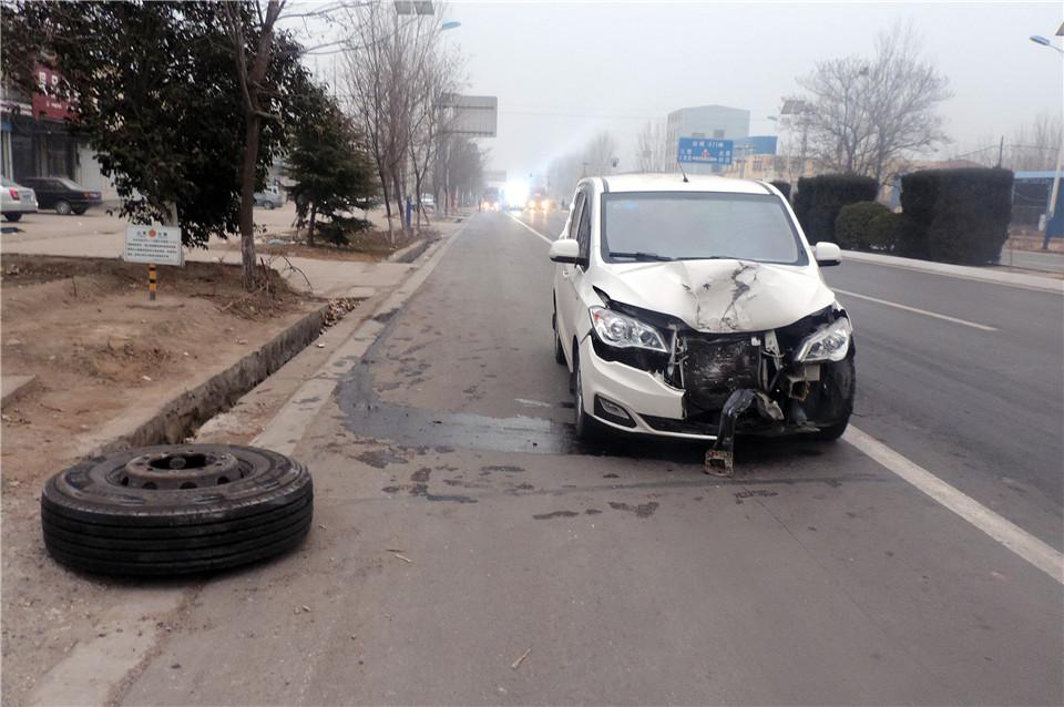 运城临猗:半挂车轮胎突然脱落 过路车遭到飞来横祸