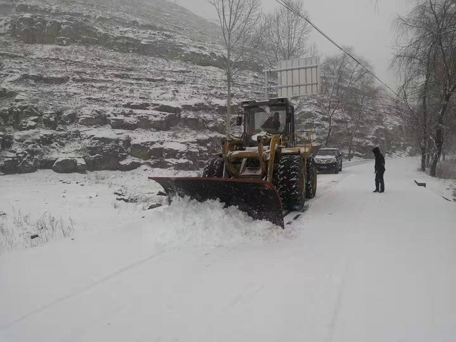 榆社公路段以雪为令确保所辖公路安全畅通