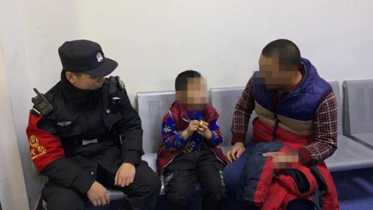 男孩车站走失 天津站民警及时找回