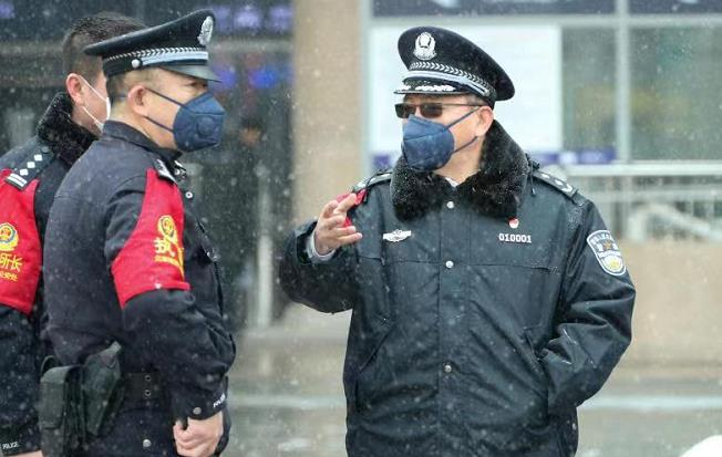 """北京铁警雪中""""战疫"""""""