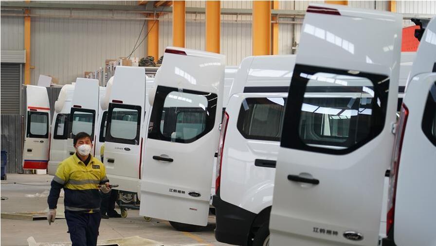 西安:负压救护车生产忙
