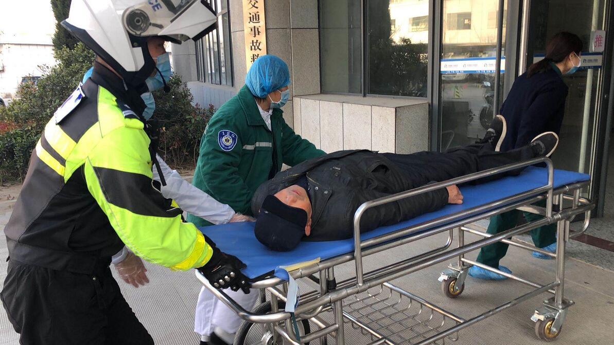 山東東明交警出手相助突發心臟病男子