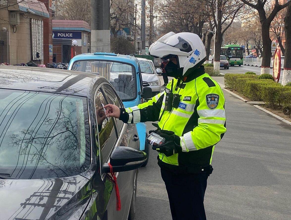 河北邢台:交警铁骑在保障疫情复工复产期间柔性执法