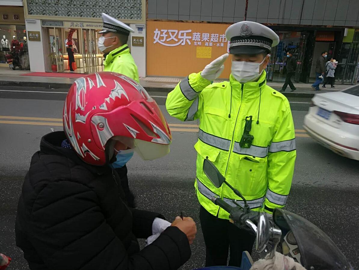 湖北郧阳交警非机动车专项整治月  首日查处交通违法150余起